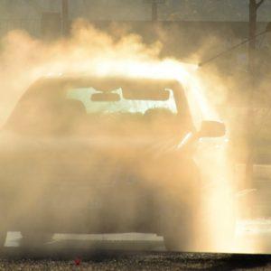 洗車前に水をかける